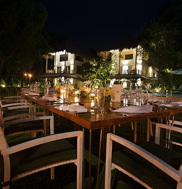 outdoor ala carte dining table setting